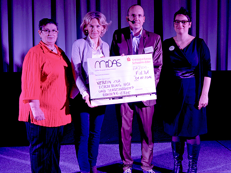 from left to right: Brigitte Umbach, Elena Jakobson, Marco  Schneider and Stephanie Gonther at the</strong><strong> donation of 2,500 Euros to the Hermann-Schafft-Schule for hearing- and  visually impaired children in Homberg Efze
